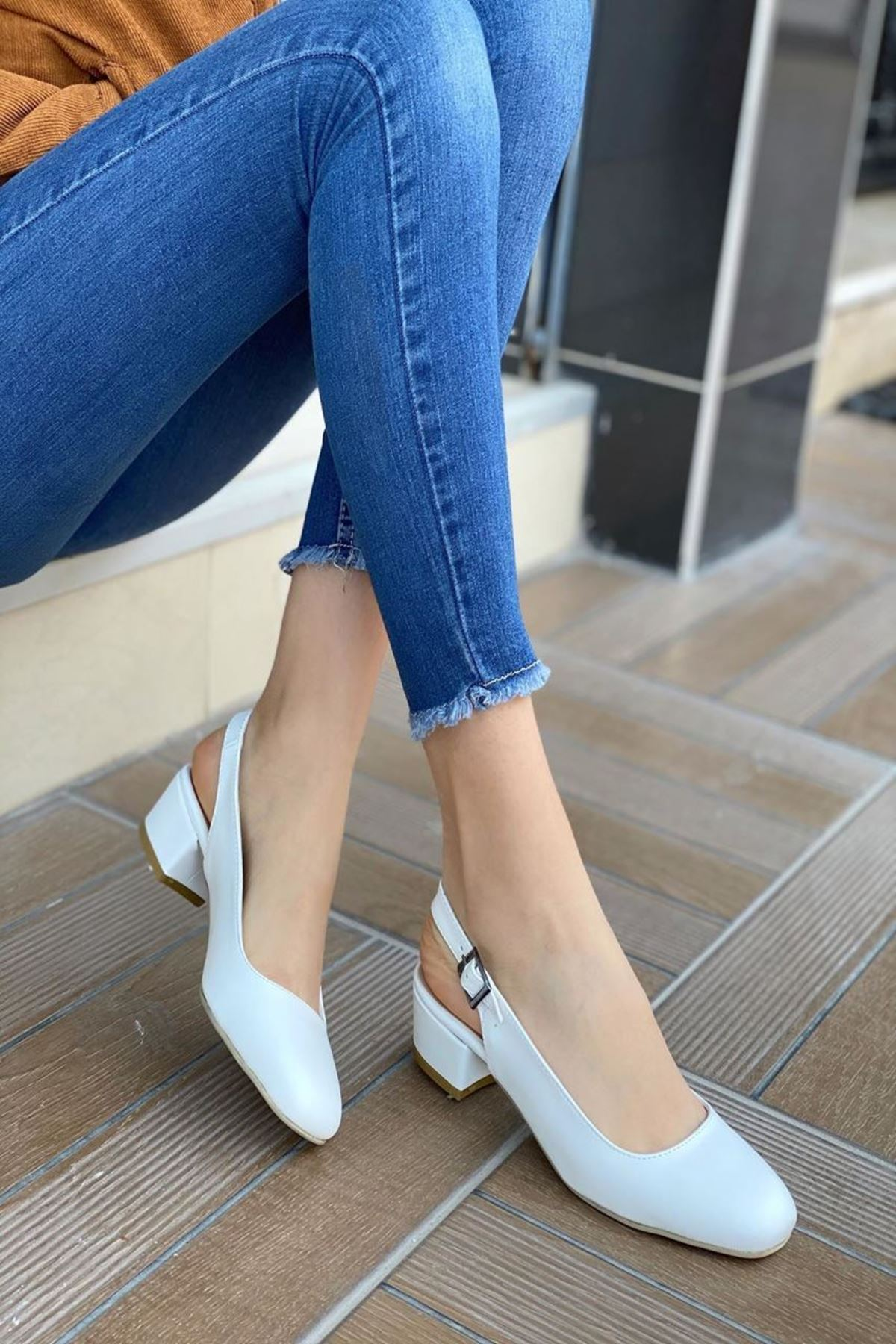 Kadın Merine Beyaz Deri Kısa Topuklu Ayakkabı