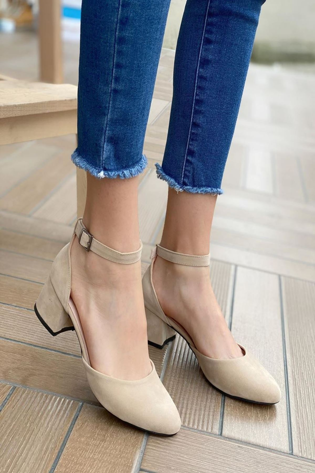 Kadın Lavinia Bej Süet Topuklu Ayakkabı