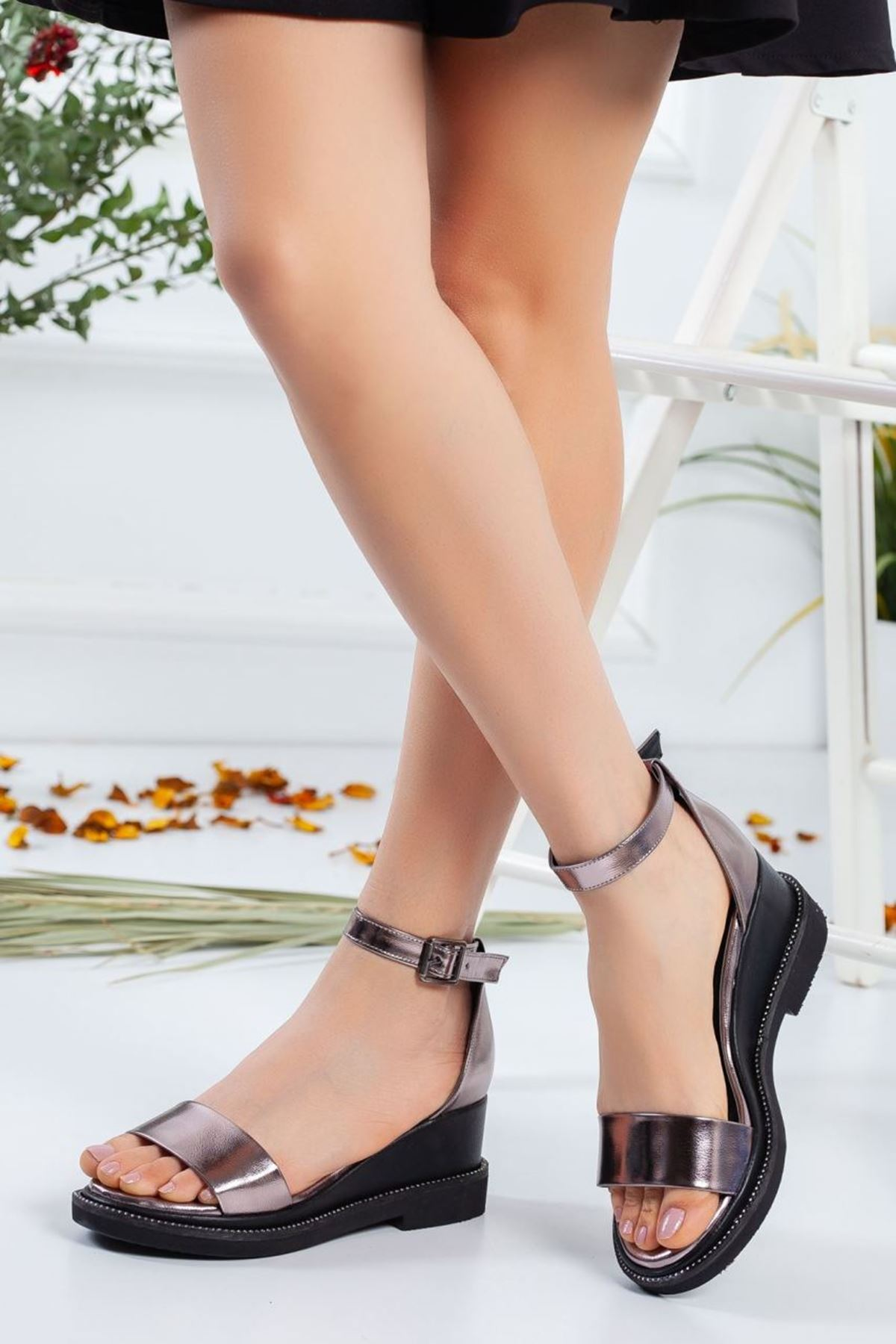 Kadın Egeon Parlak Dolgu Topuk Sandalet Platin