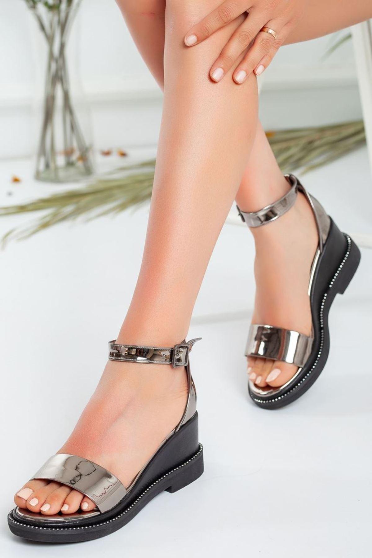 Kadın Egeon Parlak Dolgu Topuk Sandalet Platin Parlak