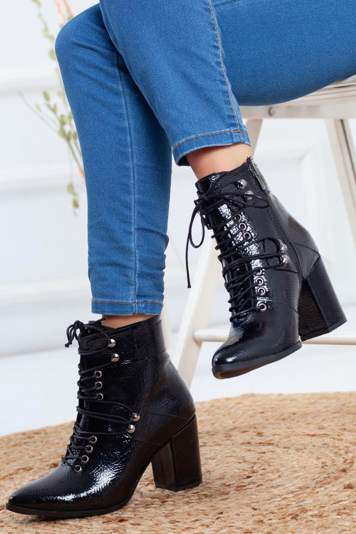 Kadın Mogli Topuklu Bağcıklı Kırışık Rugan Siyah Bot