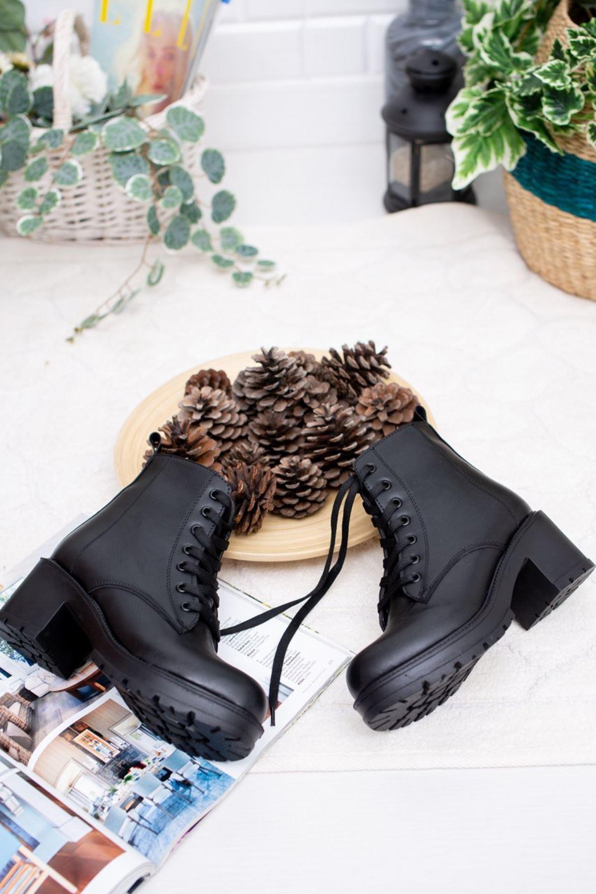 Kadın Carrel Kısa Topuklu Bağcıklı Siyah Deri Bot