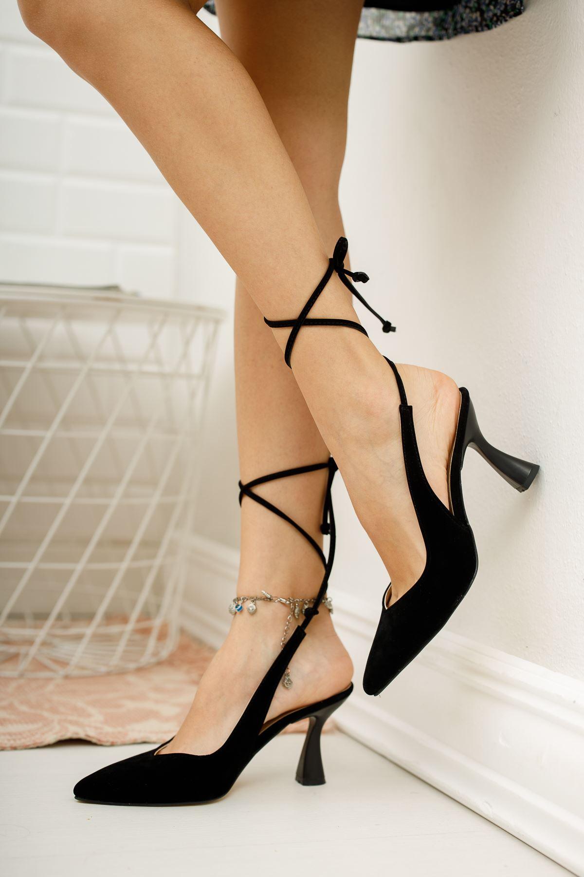 Kadın Merlin Bağcık Detaylı Sivri Burun Siyah Süet  Topuklu Ayakkabı