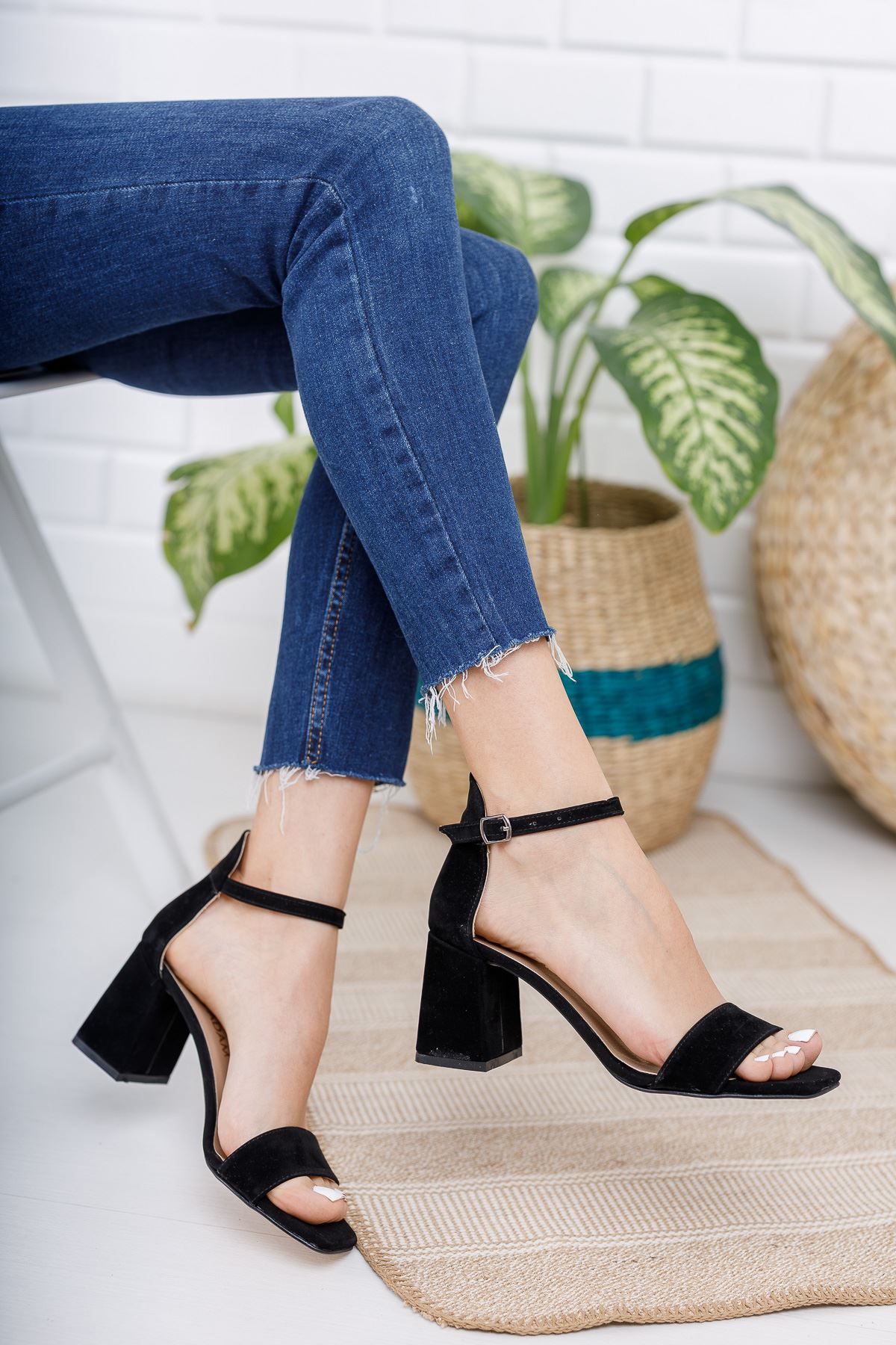 Kadın Toronto Kısa Topuklu Köşe Burun Siyah Süet Tek Bant Ayakkabı