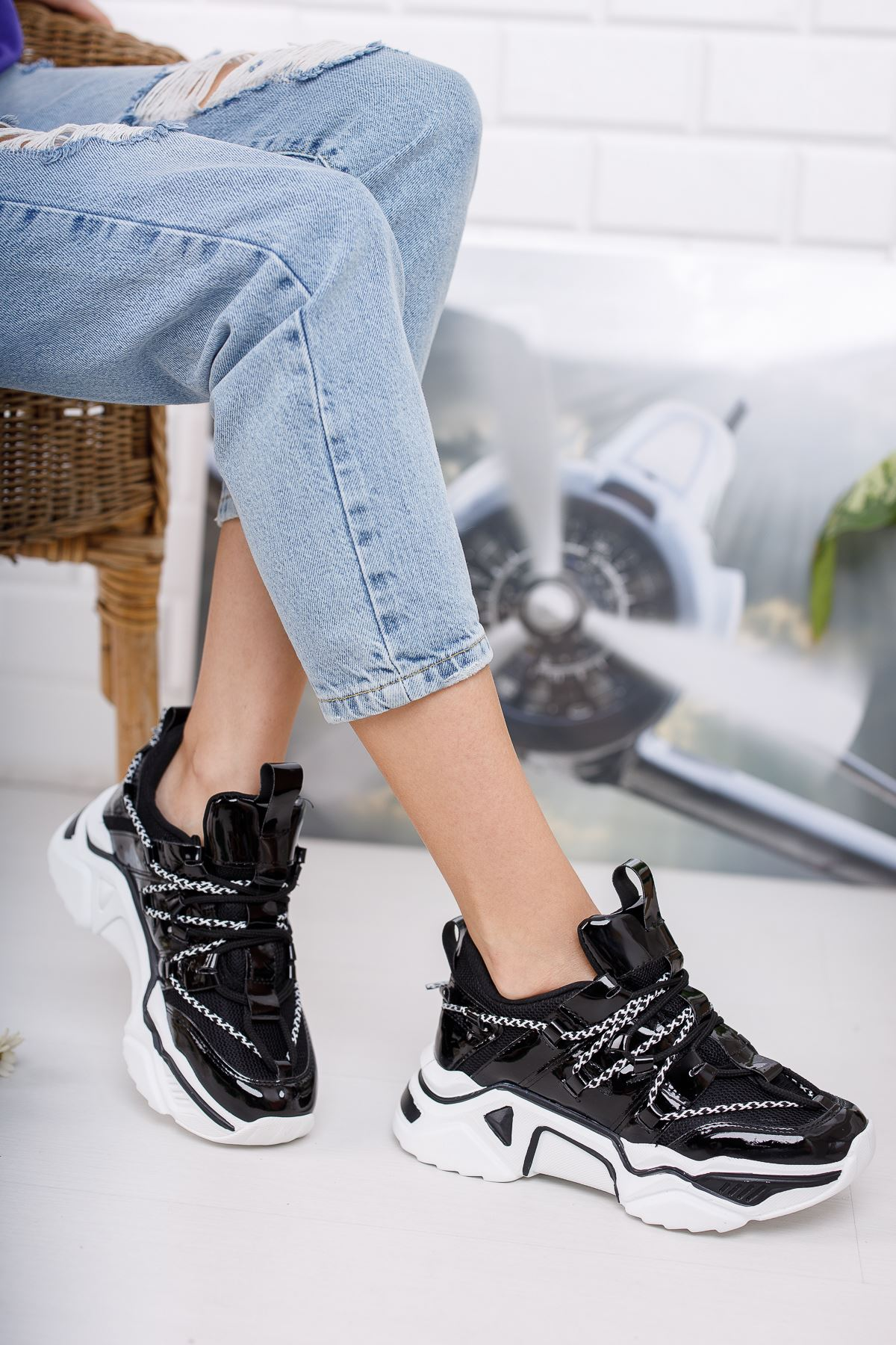 Kadın Grix Kalın Taban Bağcıklı Rugan Siyah Spor Ayakkabı