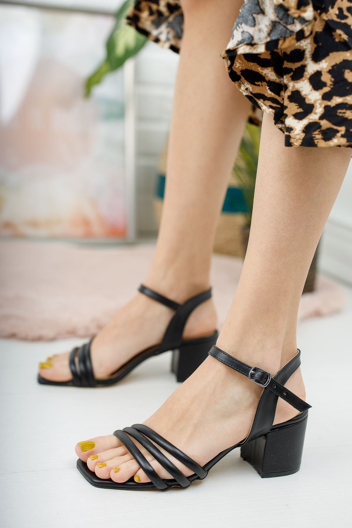 Kadın Holla Kısa Topuklu Mat Deri Siyah Ayakkabı