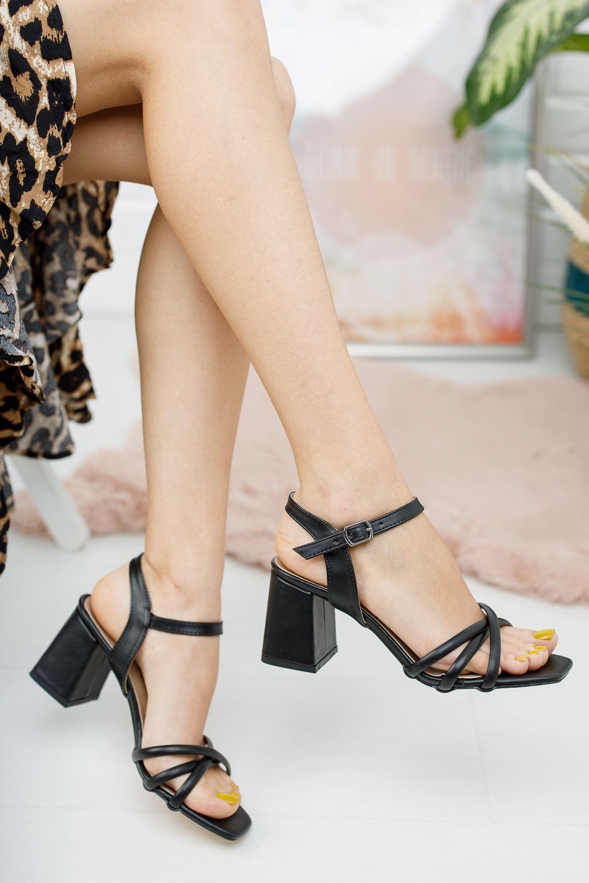 Kadın Tomar Çapraz Detaylı Kısa Topuklu Köşe Burun Mat Deri Siyah Ayakkabı