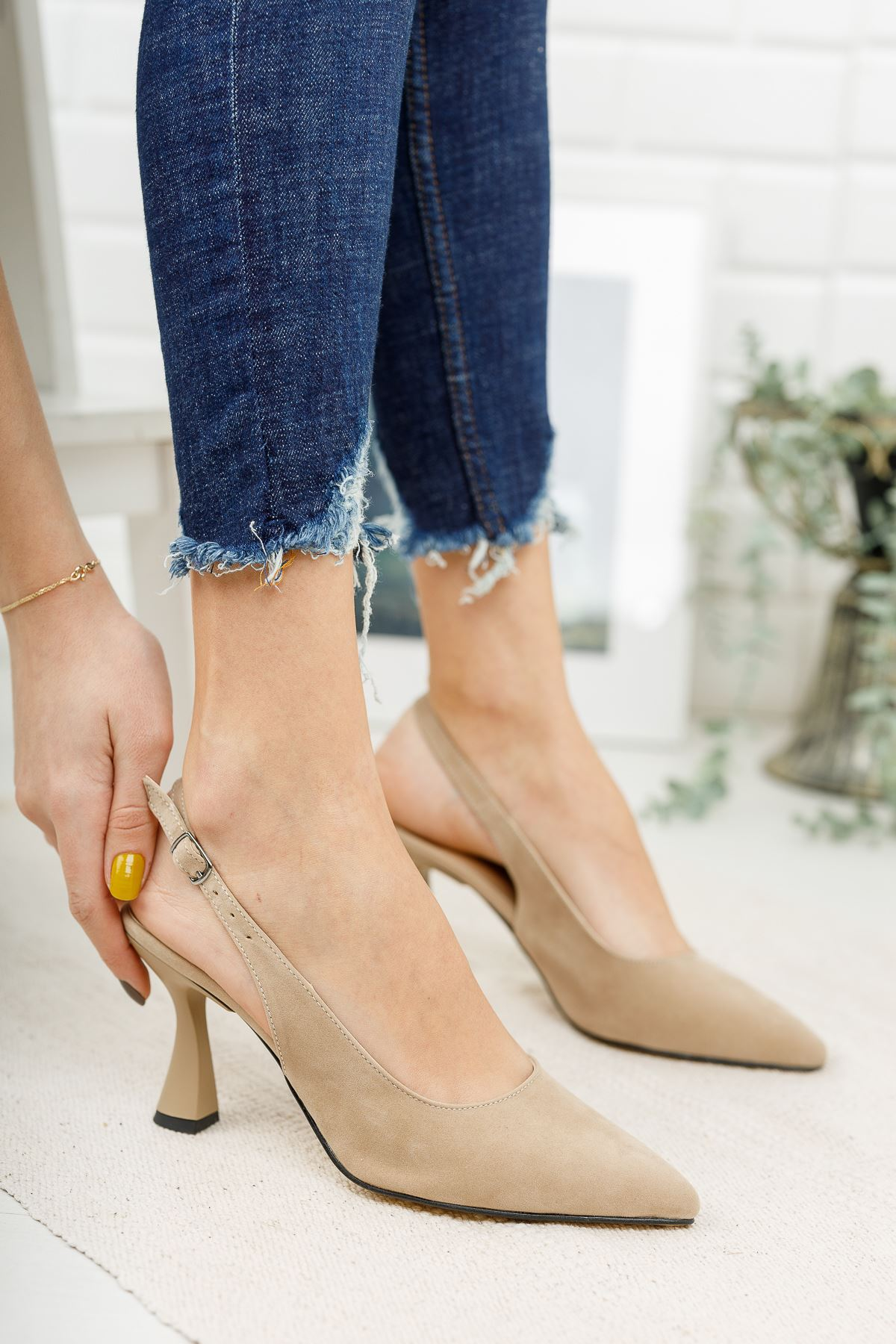 Kadın Ukes Kemer Detaylı Sivri Burun Ten Süet Topuklu Ayakkabı