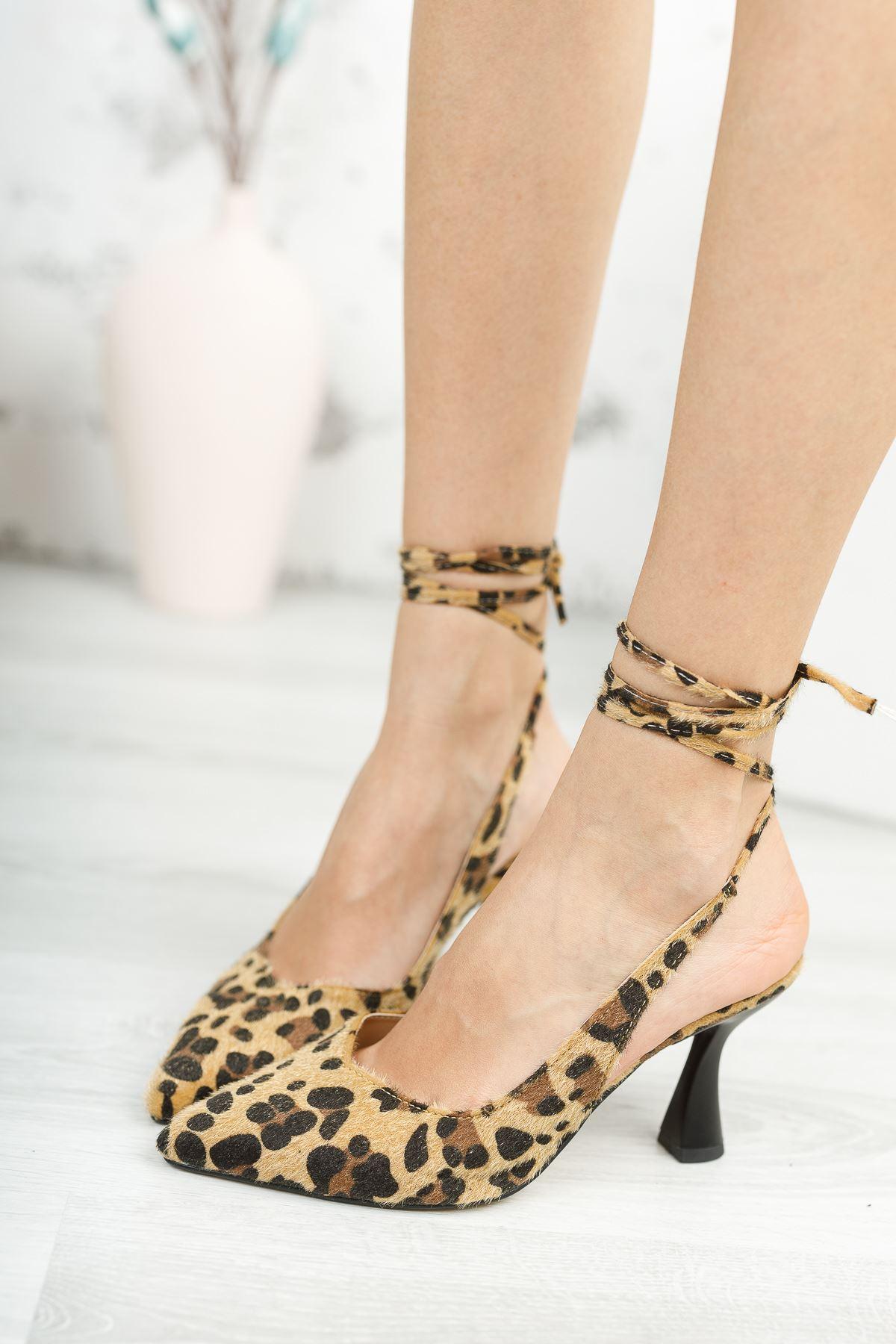 Kadın Merlin Bağcık Detaylı Sivri Burun Leopar Süet  Topuklu Ayakkabı