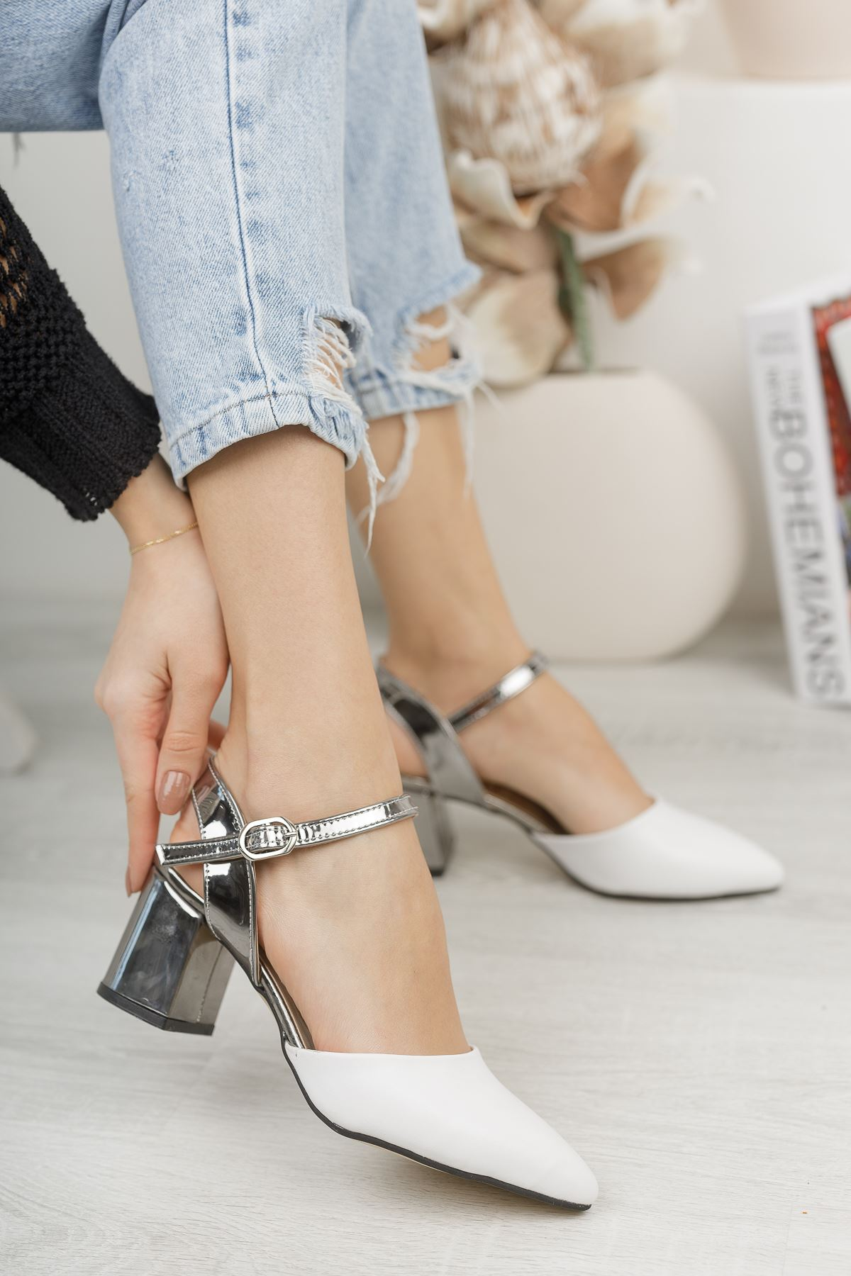 Kadın Vodes Kemer Detaylı Mat Deri Ayna Topuklu Beyaz Ayakkabı