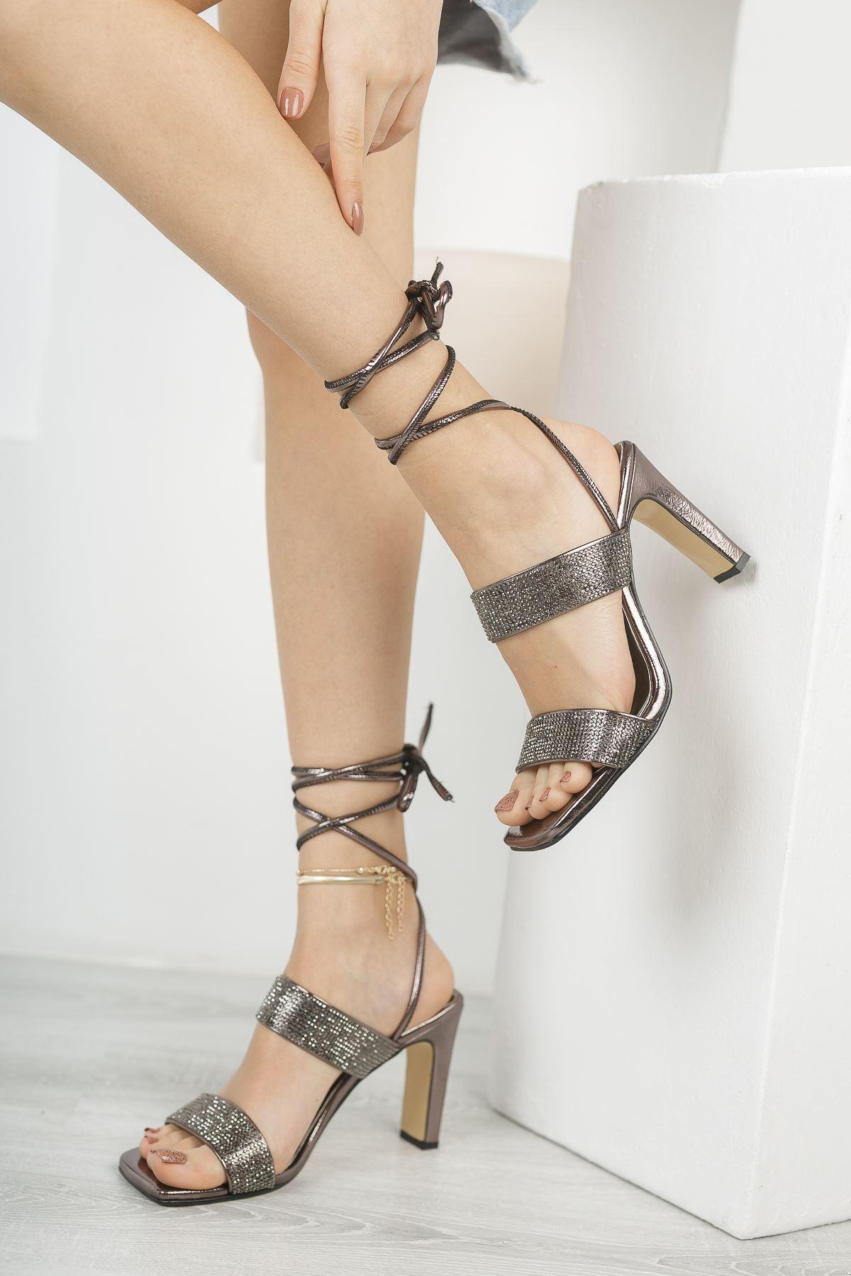 Kadın Jabel Mat Deri Bilekten Bağlama Detaylı Yüksek Topuklu Ayakkabı Platin