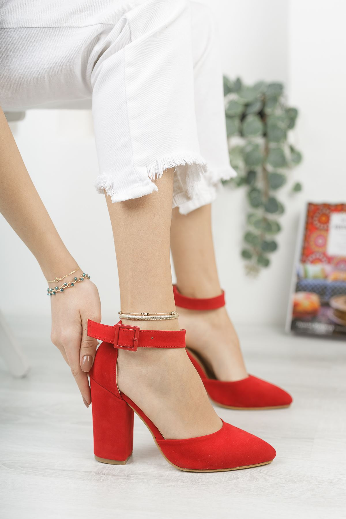 Kadın Benedik Sivri Burun Yüksek Topuklu Kırmızı Ayakkabı