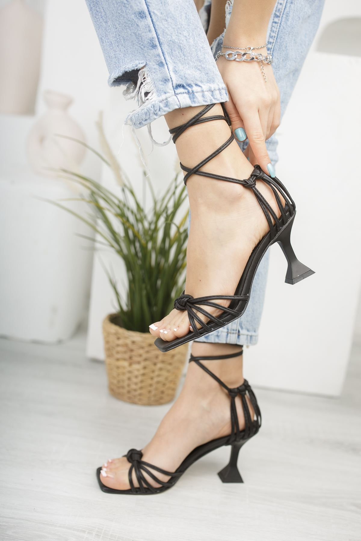 Kadın Gladis Mat Deri Bilekten Bağlama Detaylı Siyah Topuklu Ayakkabı