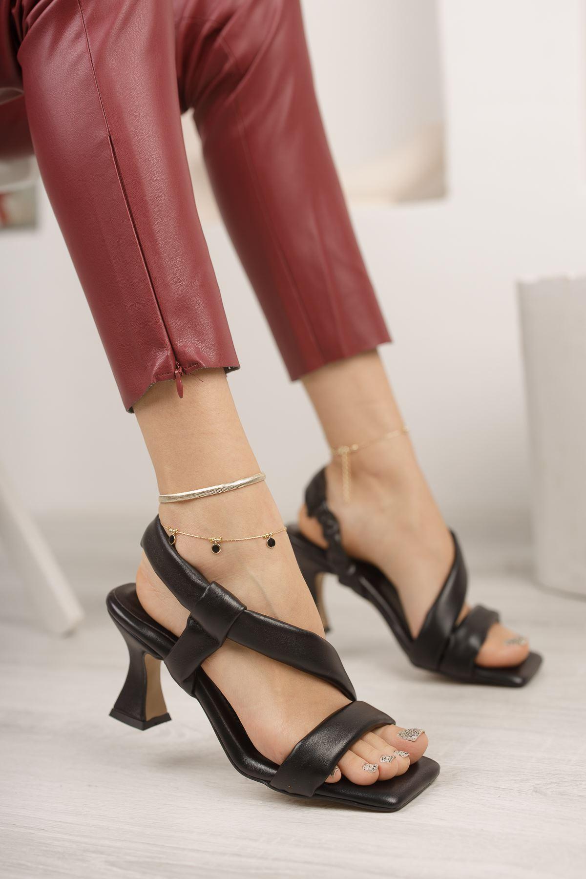 Kadın Naomi Şişme Kemer Detaylı Siyah Topuklu Ayakkabı