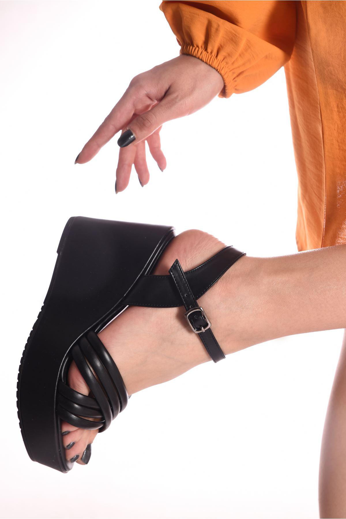 Kadın Arod Çapraz Biyeli Siyah Dolgu Topuklu Ayakkabı