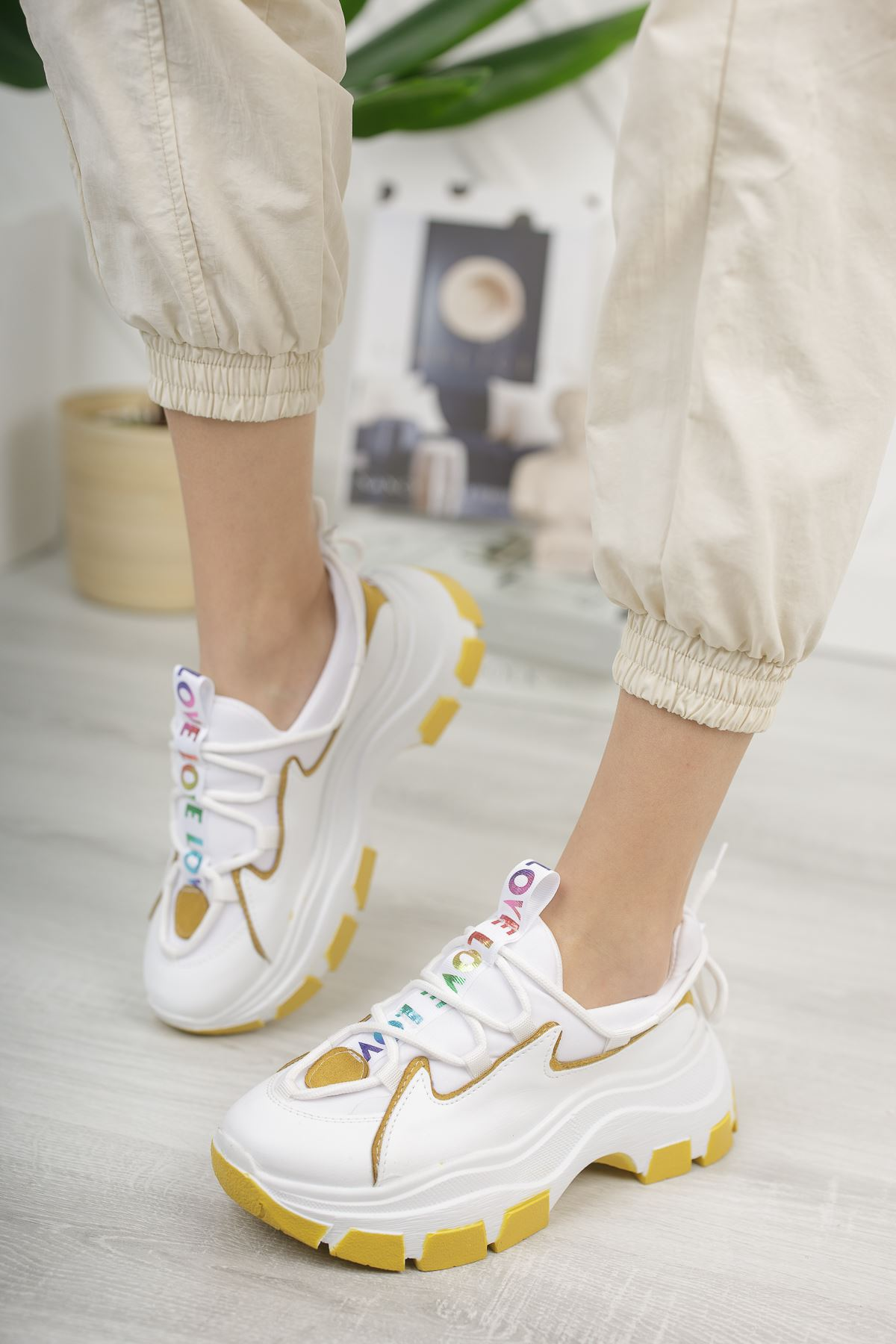 Kadın Badde Kalın Taban Beyaz Hardal Detaylı Spor Ayakkabı