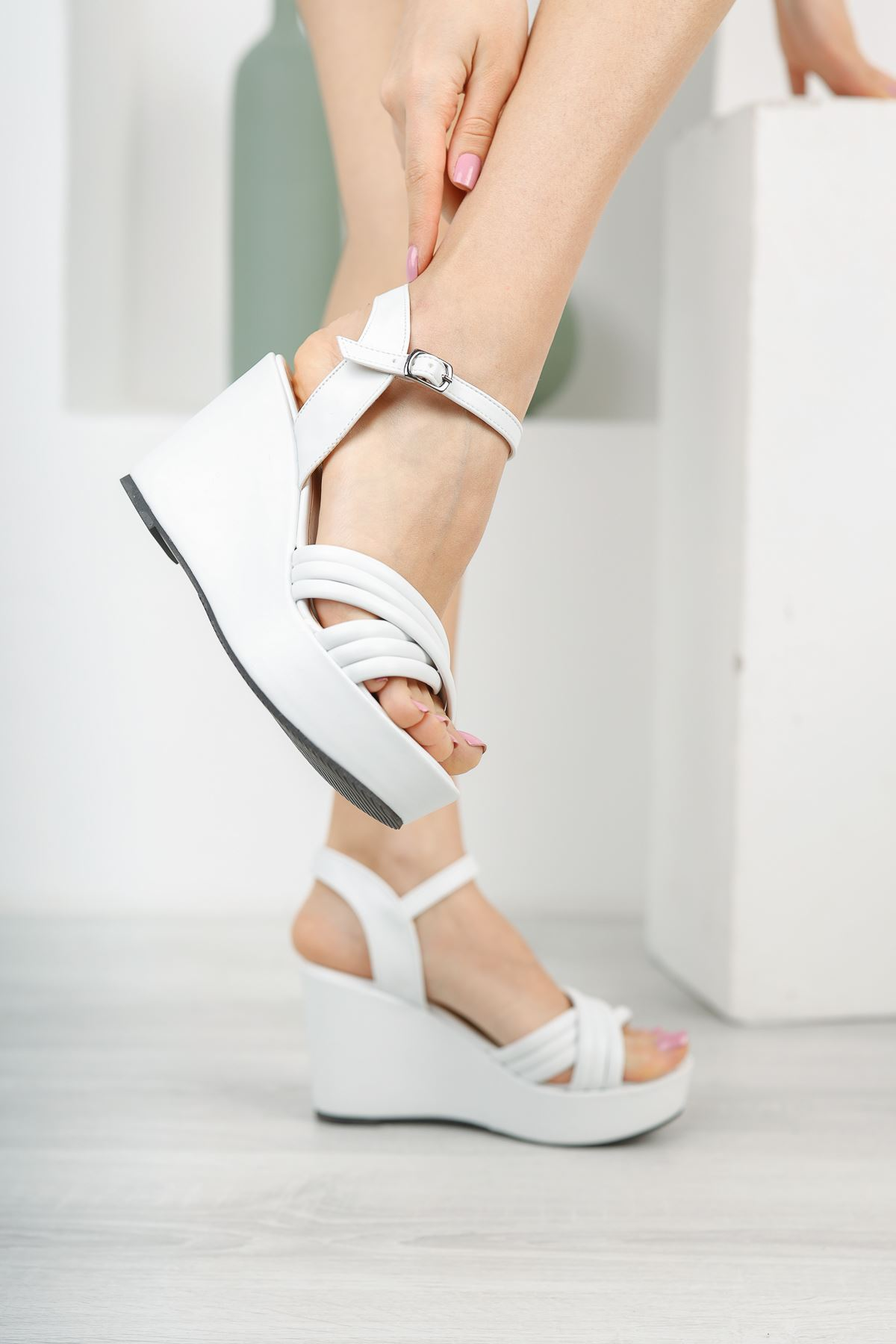 Kadın Arod Çapraz Biyeli Beyaz Dolgu Topuklu Ayakkabı
