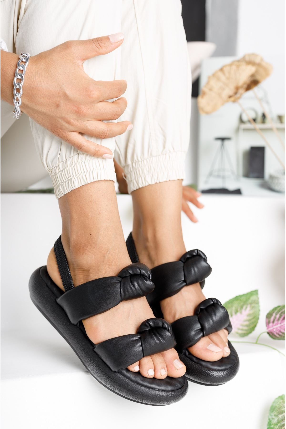 Kadın Rosso Mat Deri Bağlama Detaylı Siyah Sandalet