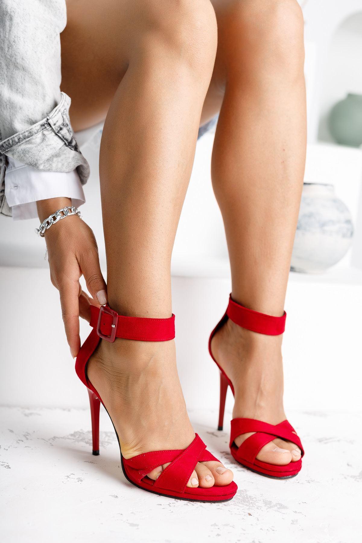 Kadın Cesta Toka Detaylı Kırmızı Süet Topuklu Ayakkabı