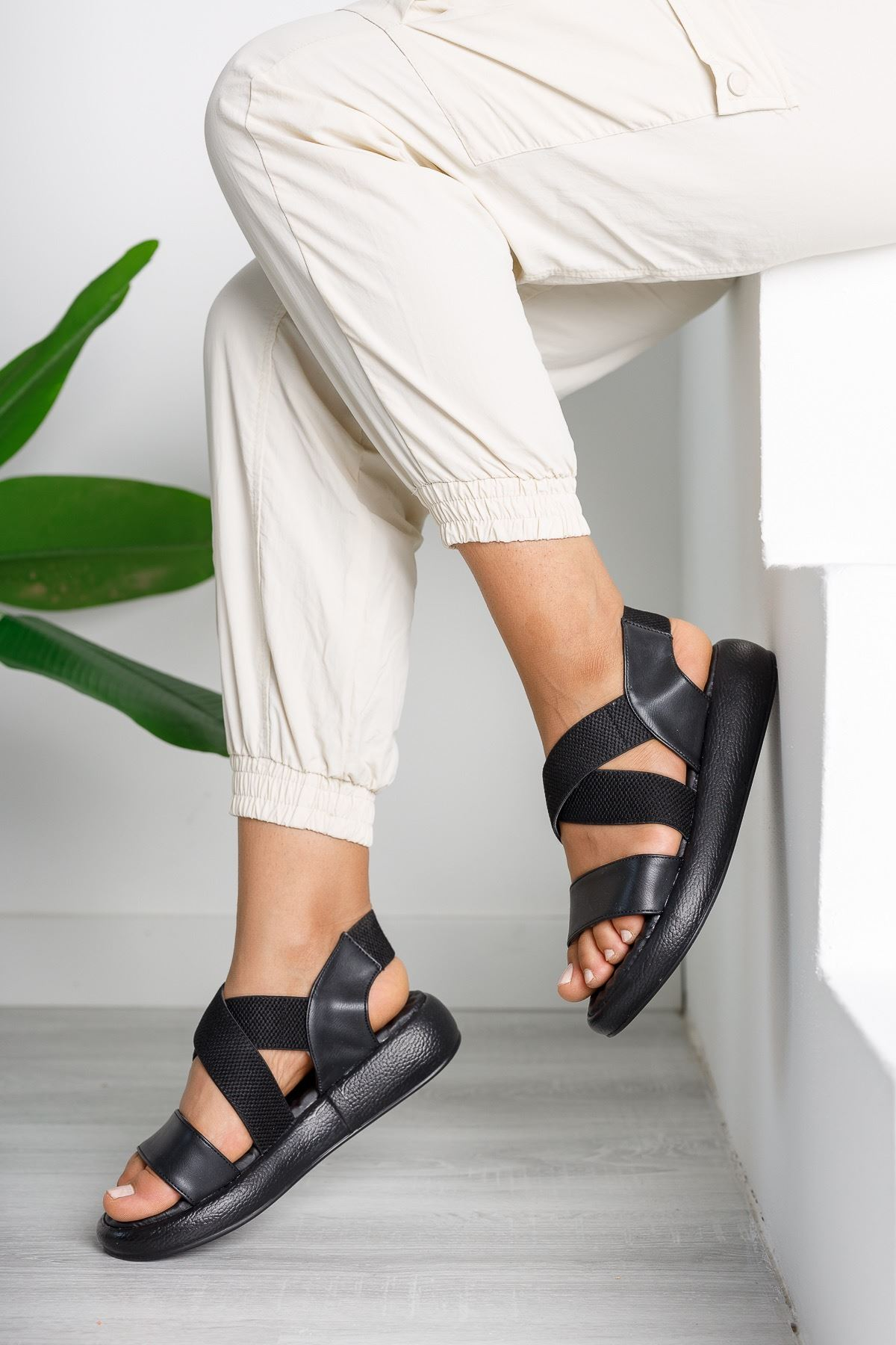 Kadın Zagos Lastik Detay Siyah Sandalet