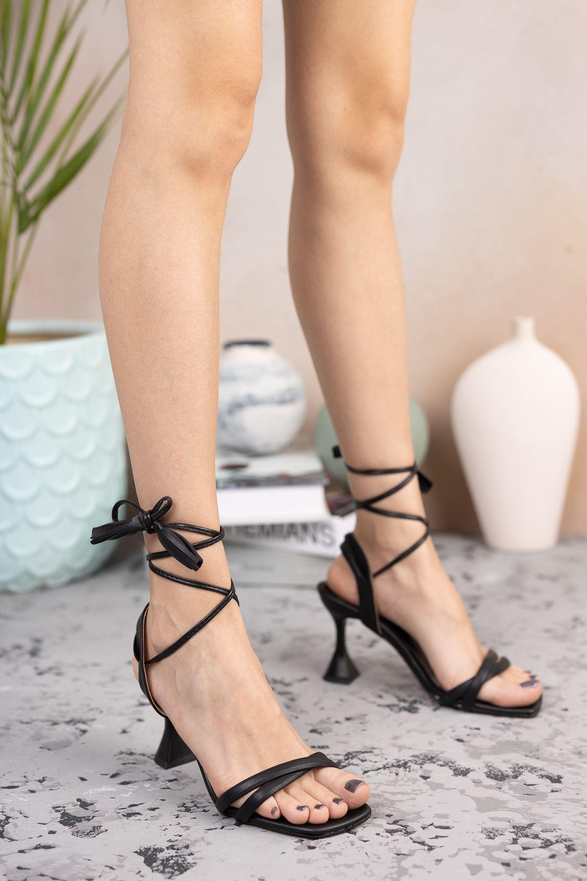 Kadın Natres Bağcık Detaylı Mat Deri Siyah Topuklu Ayakkabı