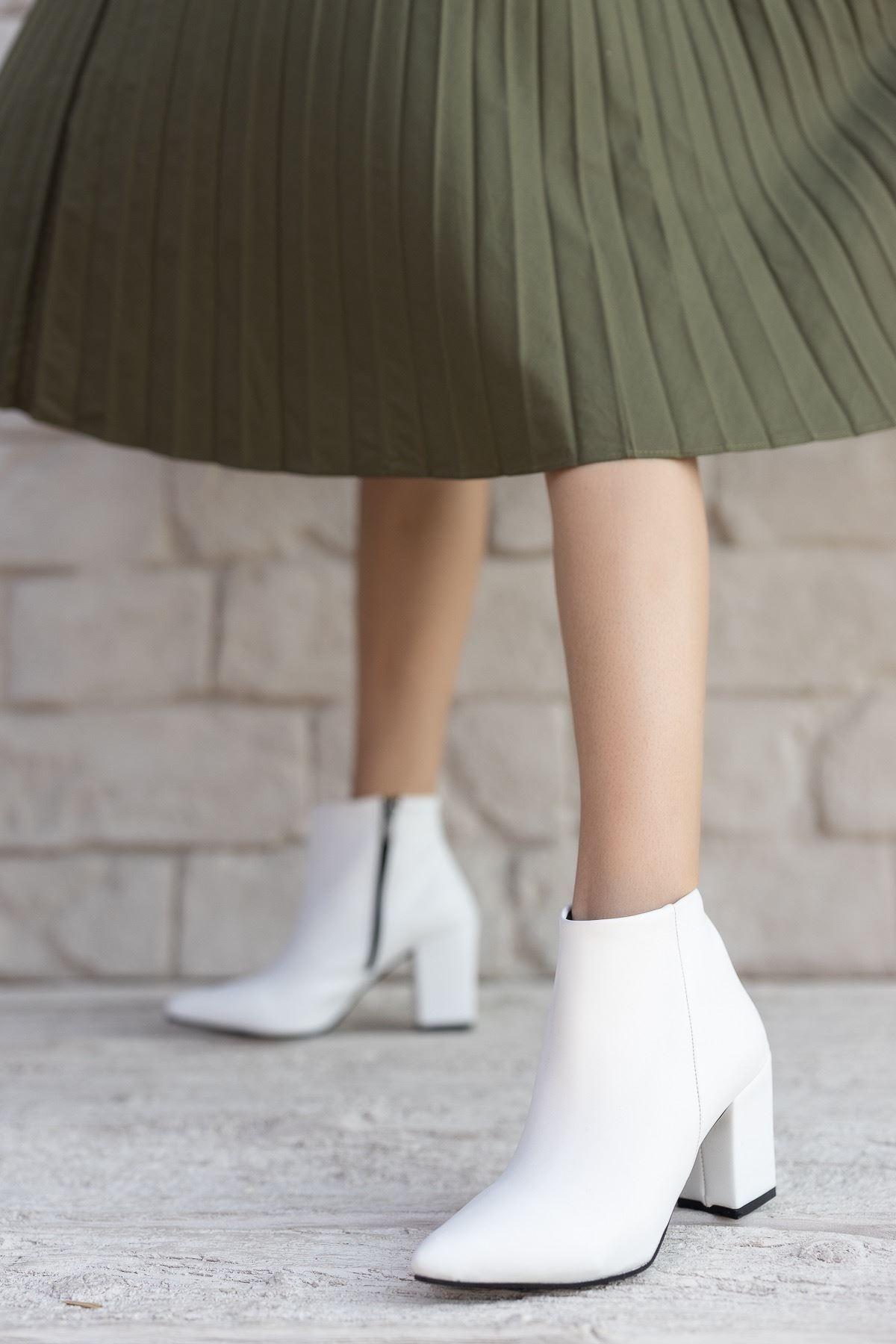 Kadın Pares Mat Deri Düz Sivri Burun Beyaz Bot