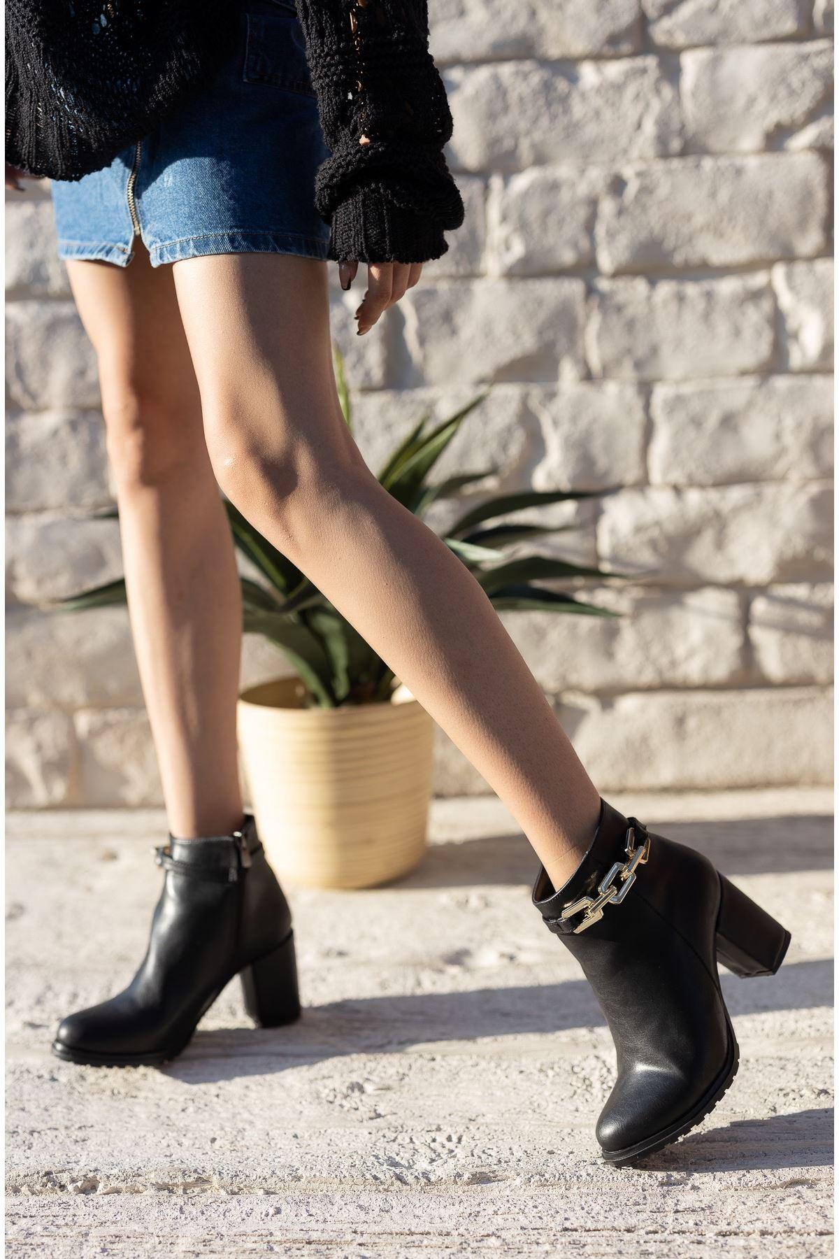 Kadın Gorgi Toka Detaylı Mat Deri Siyah Topuklu Bot